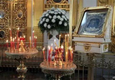 Как правильно ставить свечи в православном храме