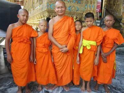 Почему буддийские монахи носят оранжевые одежды