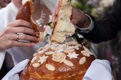 Кто выносит свадебный каравай