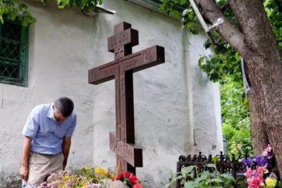 Где правильно ставить крест на могиле